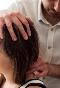 osteopata podczas terapii czaszkowej Warszawa
