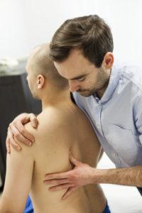 osteopata leczy ból kręgosłupa w Warszawie